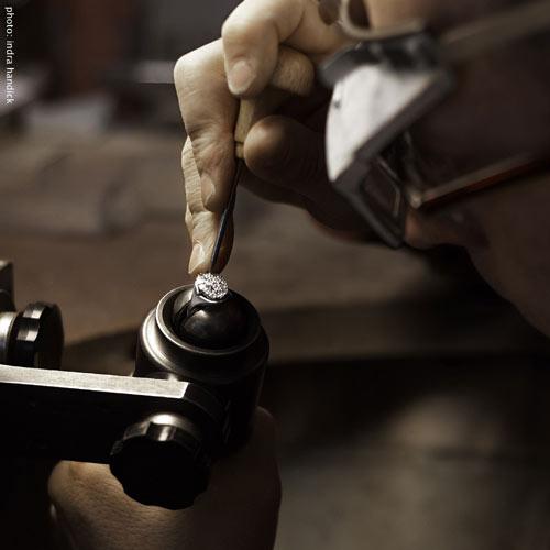 Oliver Stang fasst einen Diamantring