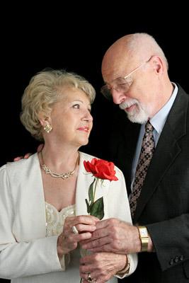 Älteres Paar. Heiraten und Trauringe. Silberhochzeit und goldene Hochzeit.